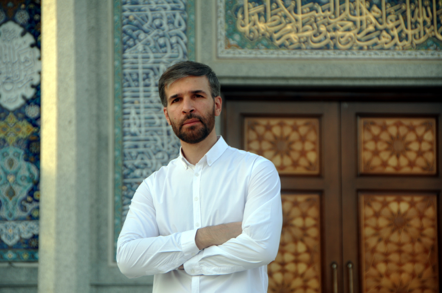 Назим Зейналов на фоне мечети Хасана Аскари, Кум, Иран