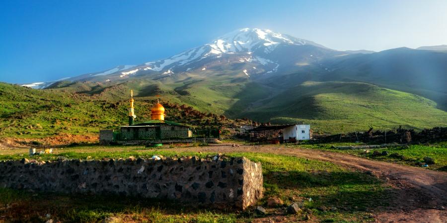 Мечеть возле горной вершины Дамаванд, Иран
