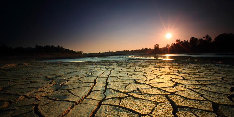 Бесплодная мёртвая земля на закате