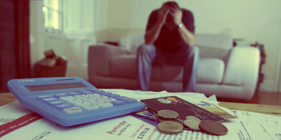 Человек измученный долгами