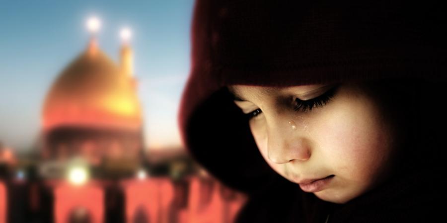 Плачущий мальчик на фоне храма Имама Хусейна
