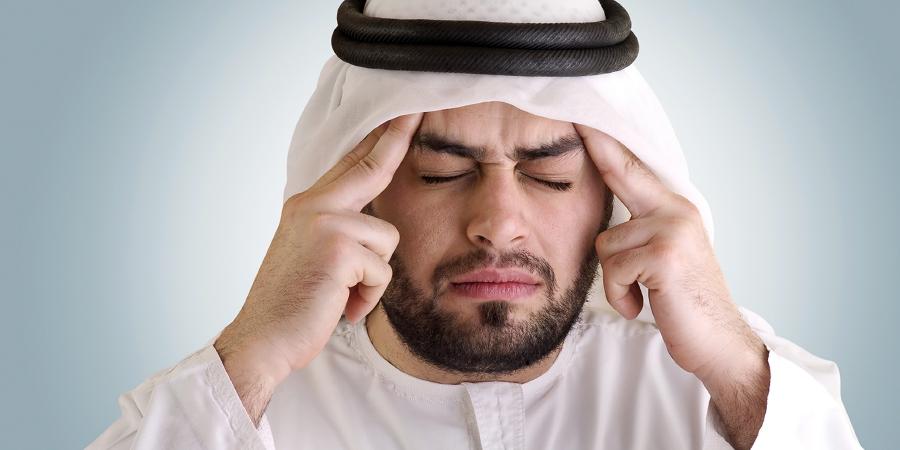 Араб в куфии, страдающий от головной куфии