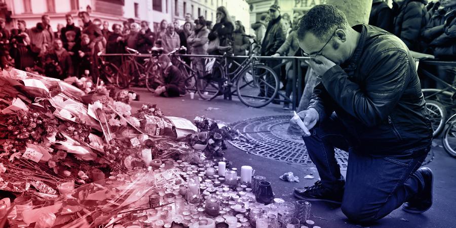 Мужчина оплакивает жертв серии терактов в Париже, произошедших 13 ноября 2015 г.