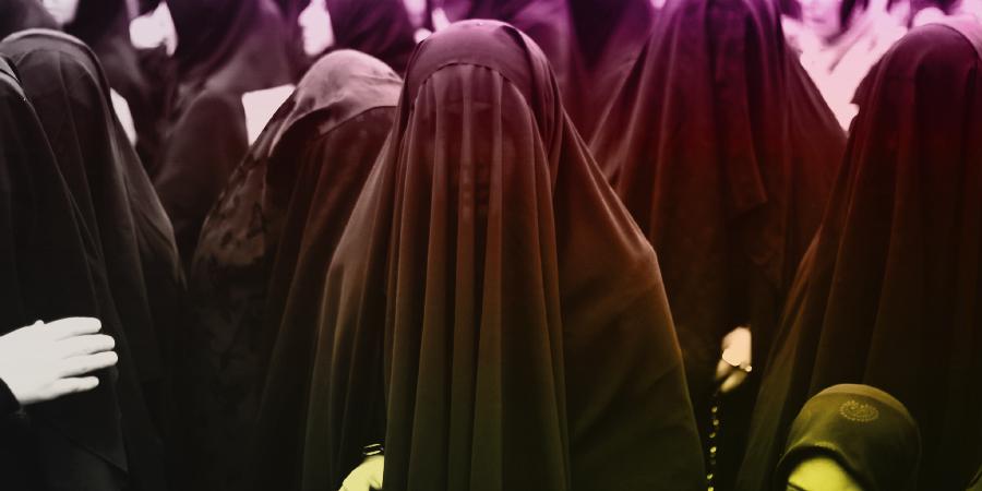 Женщины в чадрах во время траурных церемоний Ашуры в Стамбуле, Турция, 2013