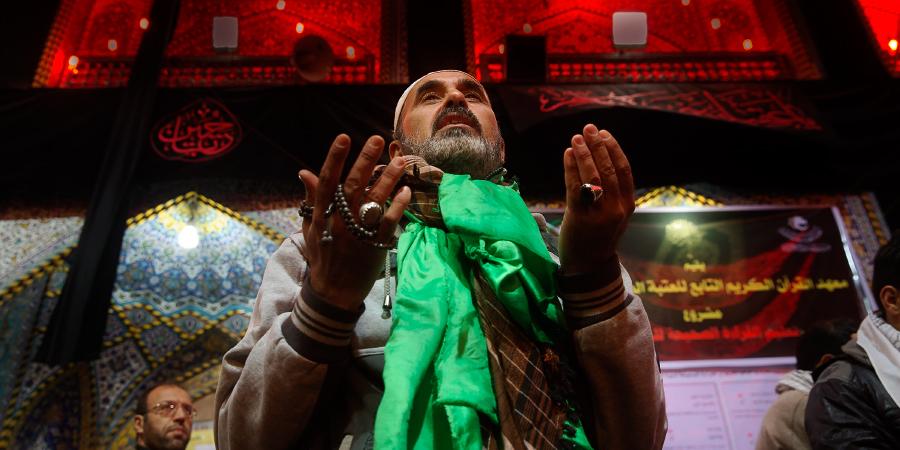 Шиит читает дуа в хараме Имама Хусейна, Кербела, Ирак