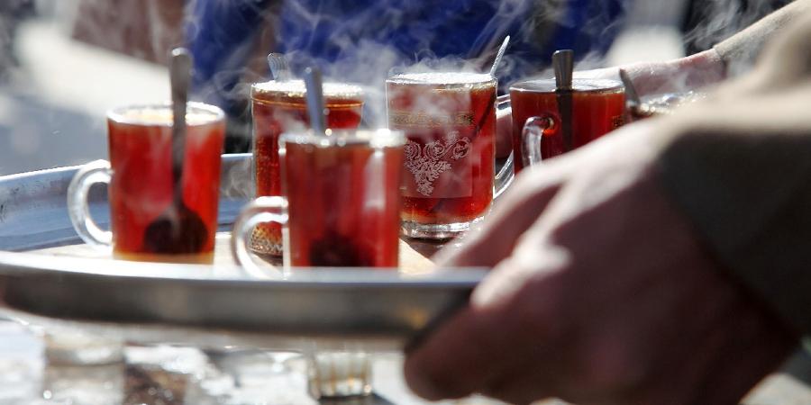 Горячий чай, раздаваемый паломникам, идущим в Кербелу во время зиярата «Арбаин»