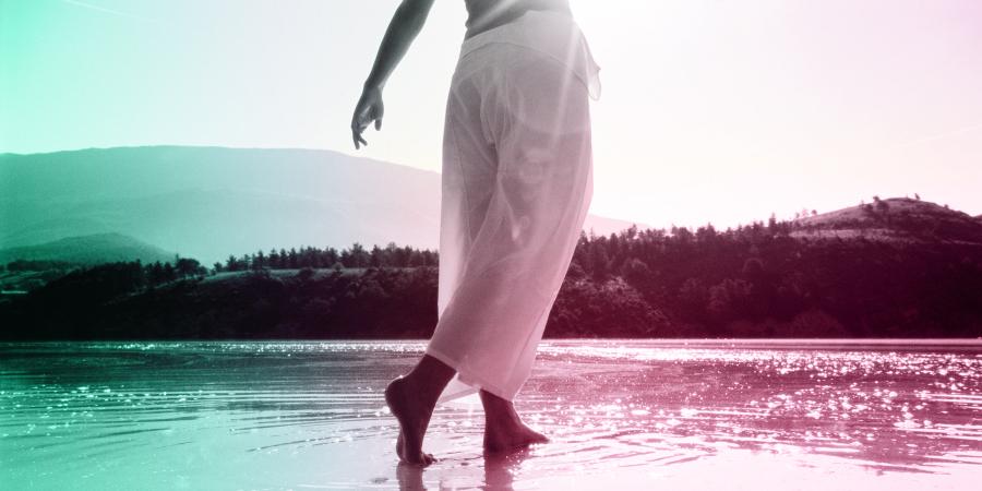 Мужчина, идущий по воде