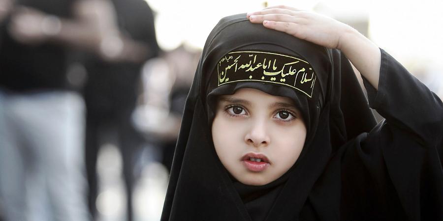 Маленькая девочка в хиджабе на шиитских траурных церемониях