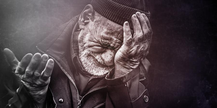 Плачущий старик с протянутой рукой, Кербела, Ирак, 2013