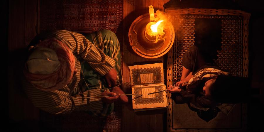 Уроки чтения Корана при свете огня, Малайзия