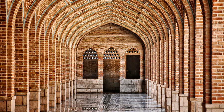 Проход со множеством арок недалеко от Голубой мечети, Тебриз, Иран