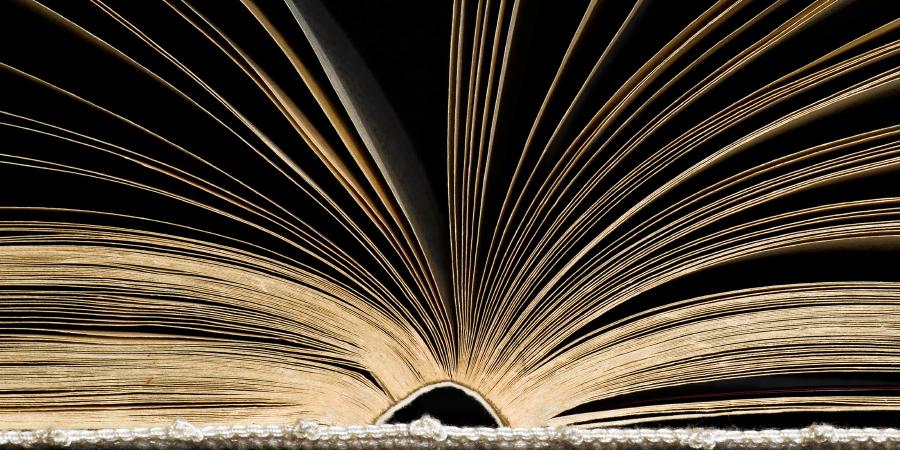 Старая развёрнутая книга