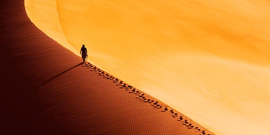 Мужчина, идущий по пустыне