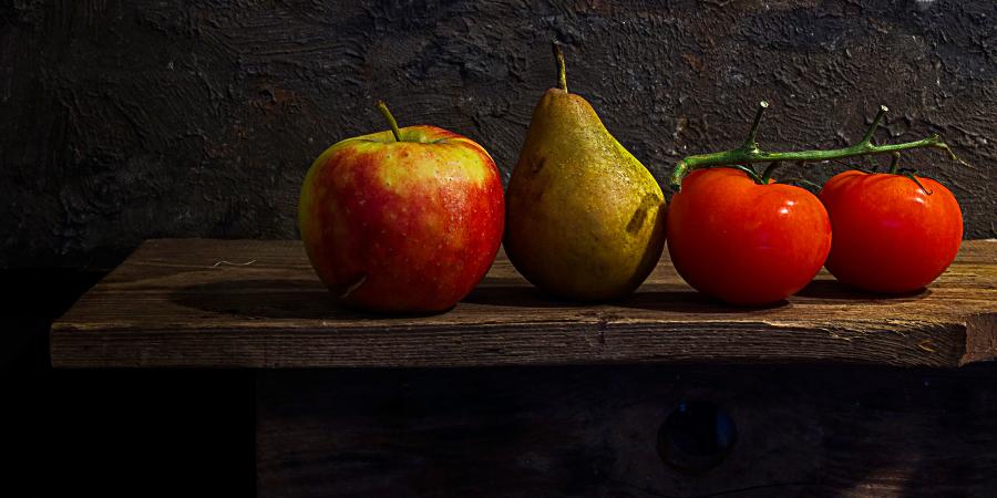 Свежие фрукты и овощи на деревянной полке