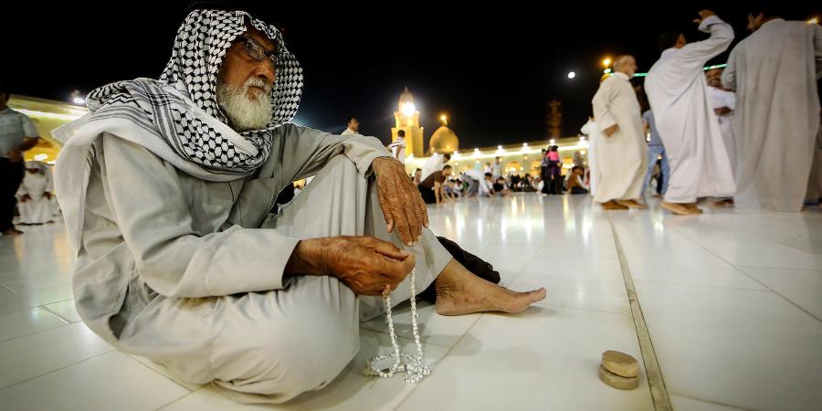 Араб, молящийся в мечети Куфы, Ирак