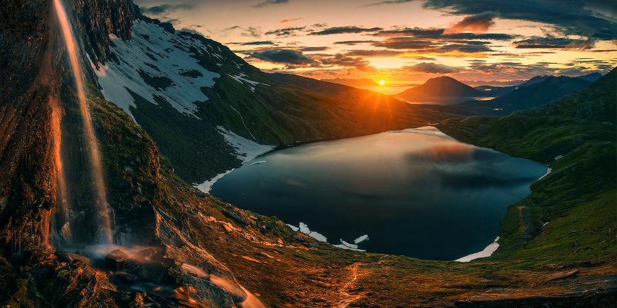Горное озеро на закате
