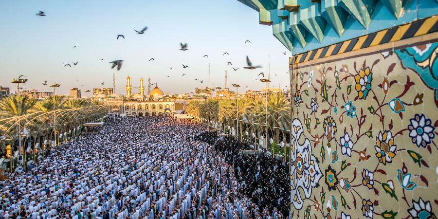 Коллективная молитва на площади перед харамом Имама Хусейна, Кербела, Ирак