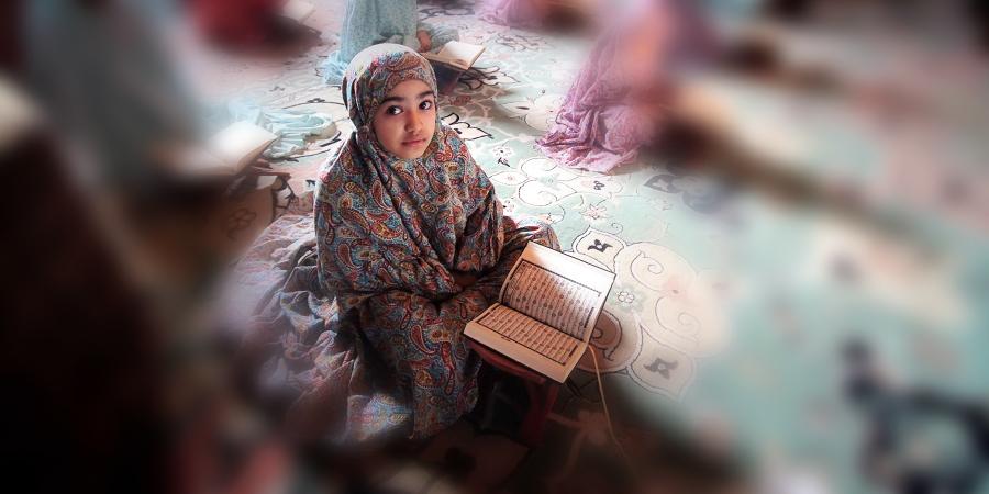 Маленькая бахрейнская девочка читает Коран