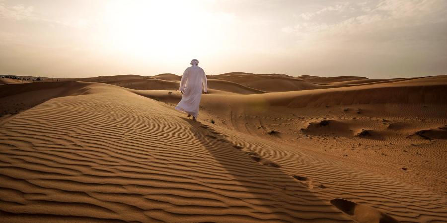 Араб, идущий в одиночку по пустыне