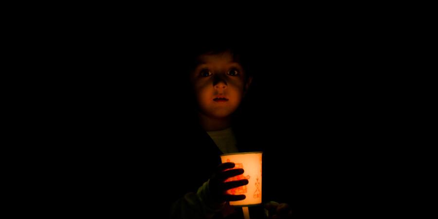 Мальчишка с бумажным фонариком на траурных церемониях по Имаму Хусейну