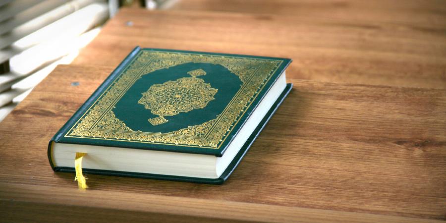 Священный Коран на деревянном столе
