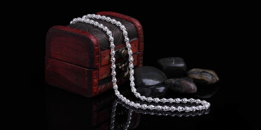 Серебряное ожерелье на красной деревянной шкатулке