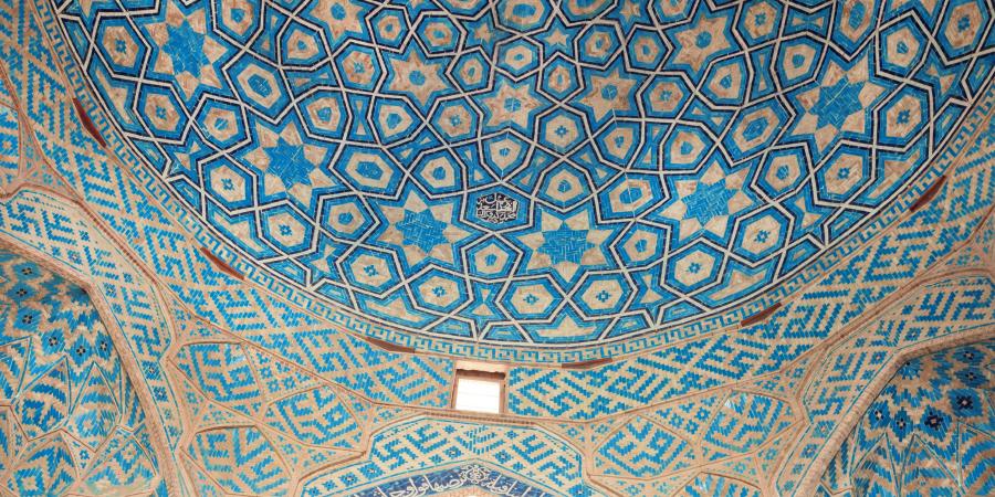 Узоры и каллиграфия на голубой потолочной плитке исторической мечети Йезда, Иран