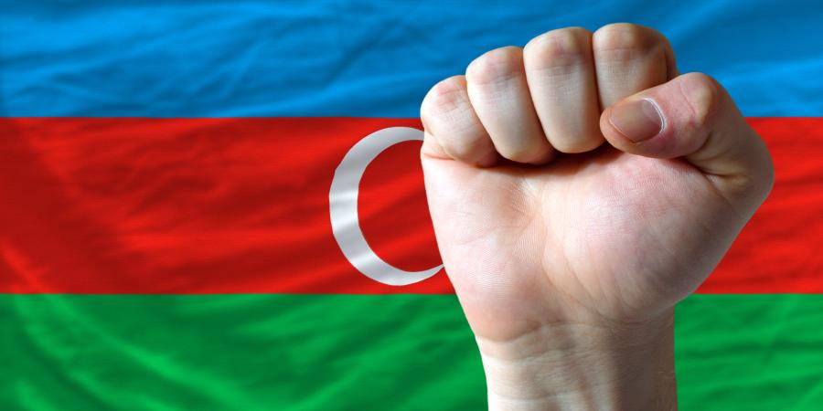 Сжатый кулак на фоне азербайджанского флага