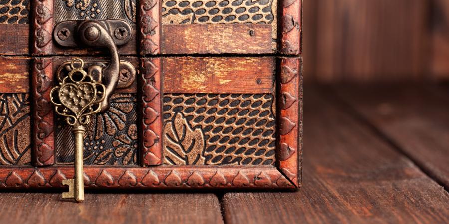 Винтажный ключ и старинный сундук