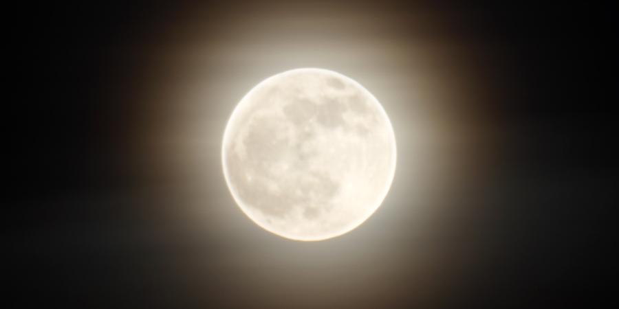 Полная ярко сияющая луна