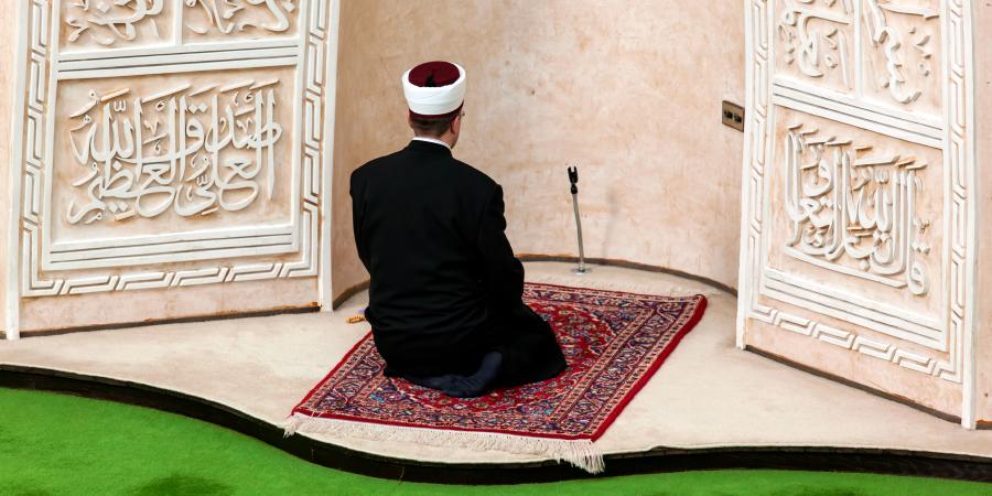 Разрешено ли молиться за тем, кто не отрекается от врагов Ахль аль-Бейт?