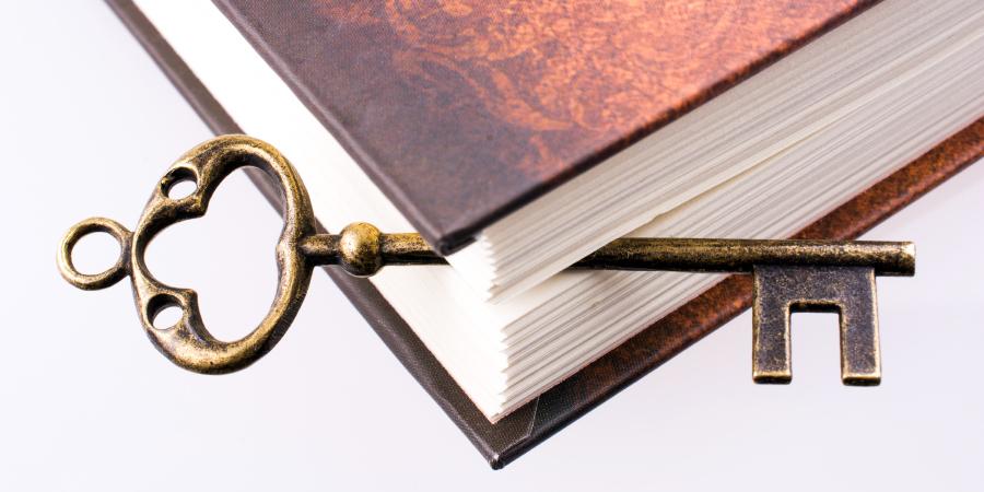 Старинный ключ между страницами закрытой книги
