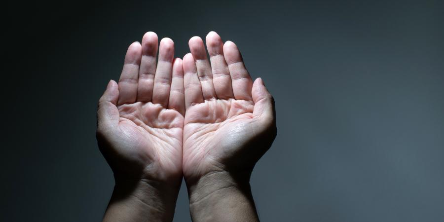 Мужские руки, поднятые в молитве