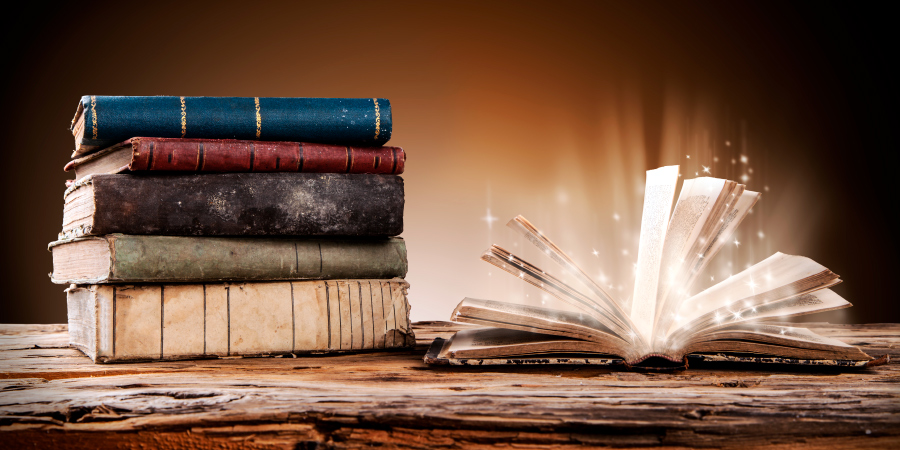 Старинные книги на деревянном столе