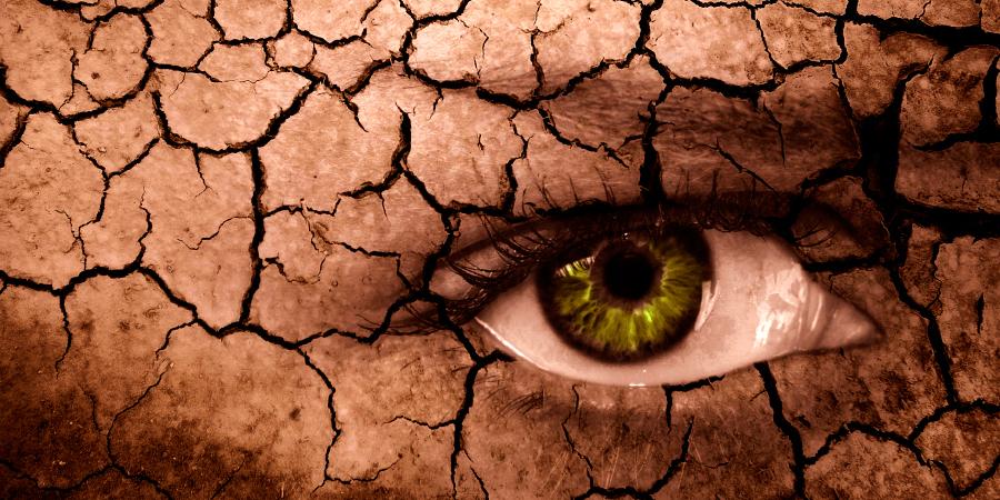 Злой женский глаз на потрескавшейся почве