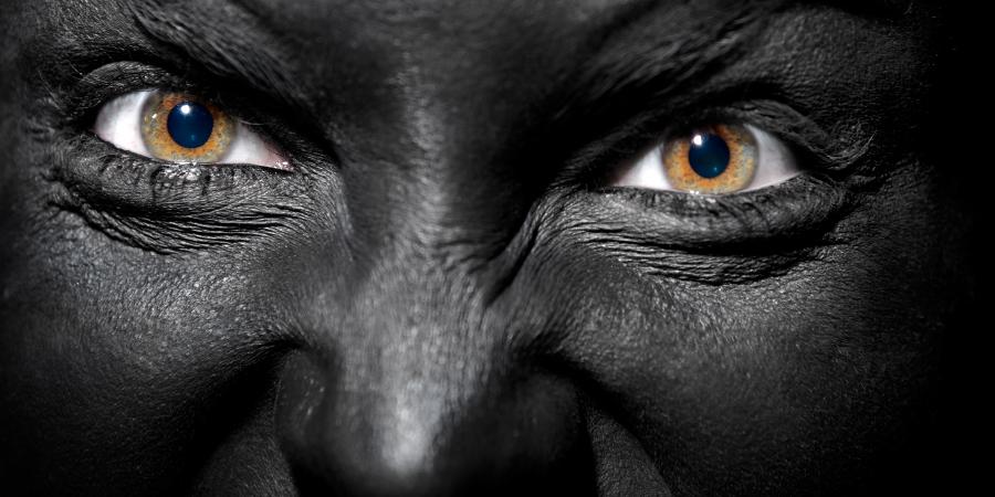 Чёрная женщина с полными ненавистью глазами