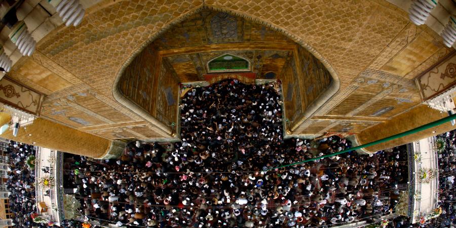 Толпа паломников перед входом в харам Имама Али, Наджаф, Ирак