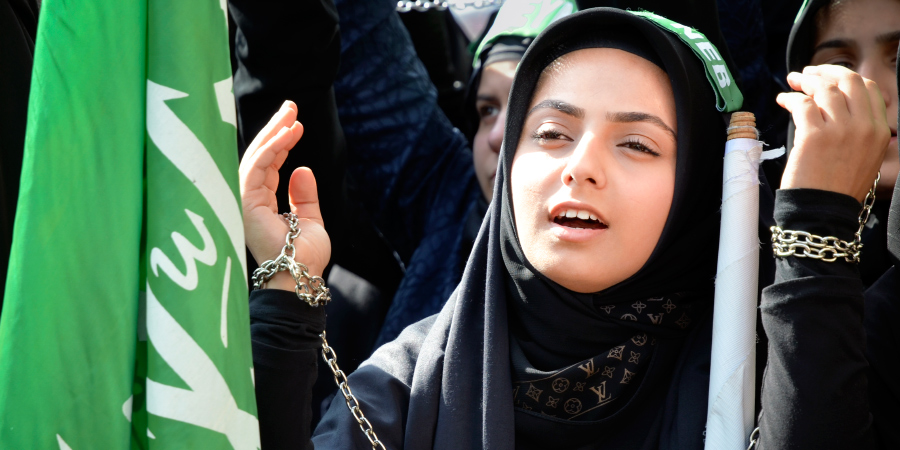 Молодая шиитка на траурных церемониях Ашуры, Стамбул, Турция