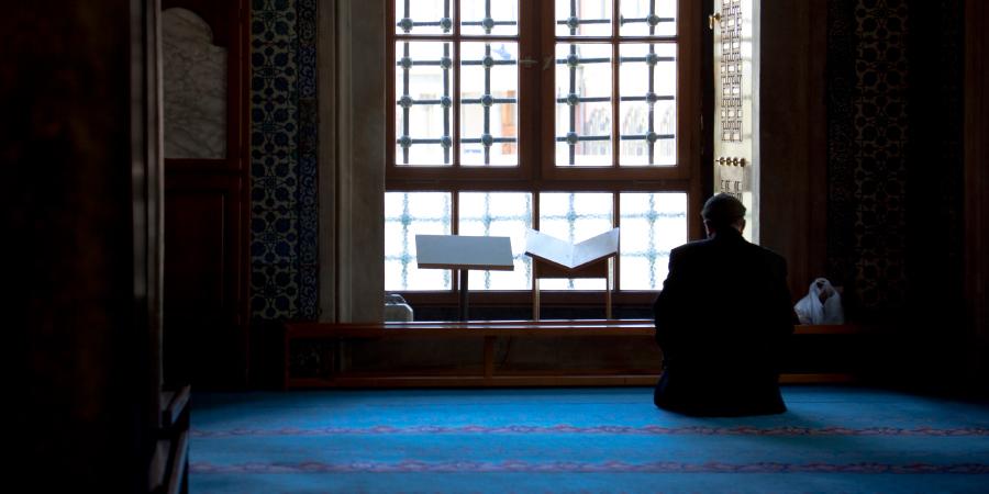 Мусульманин, молящийся в мечети