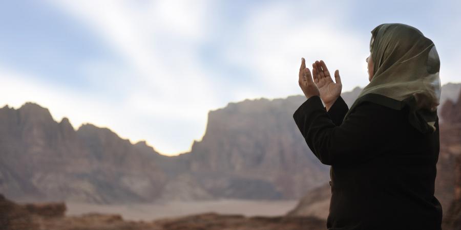 Мусульманка, молящаяся в горах