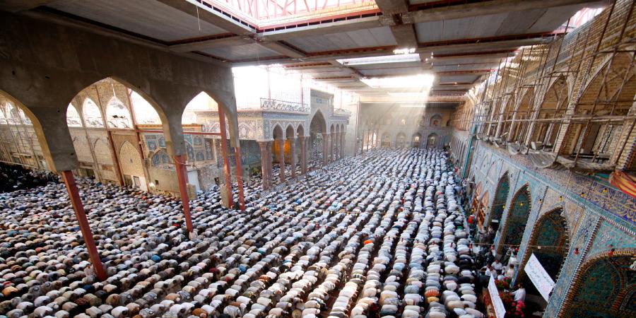 Шииты во время молитвы внутри харама Имама Хусейна, Кербела, Ирак