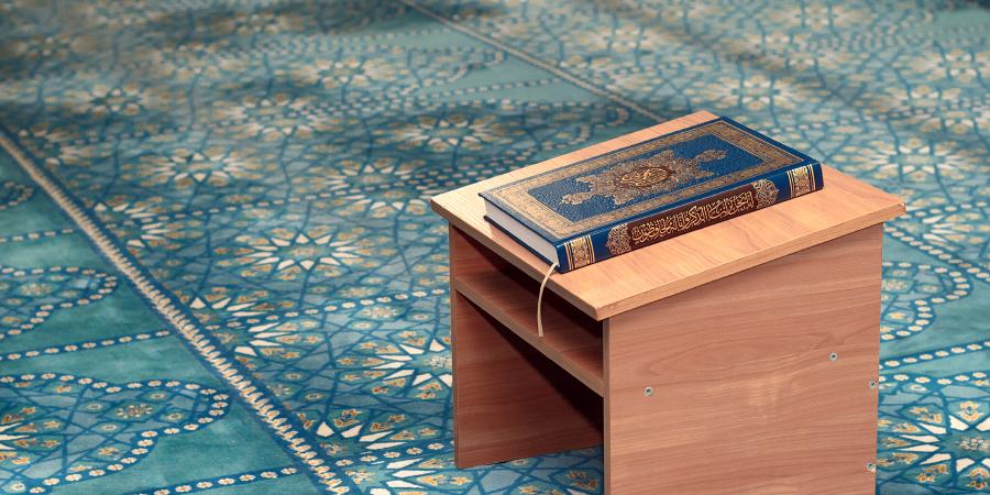 Синий Коран на столике в мечети