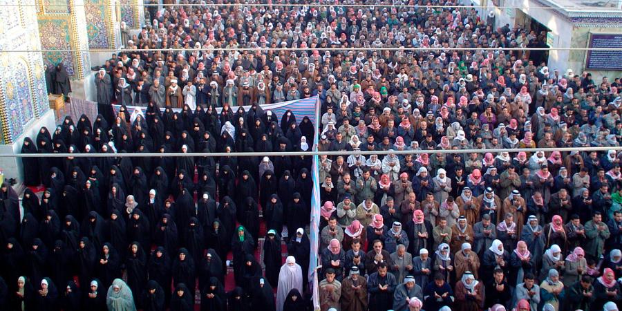 Мужчины и женщины во время молитвы во дворе харама Имама Хусейна, Кербела, Ирак
