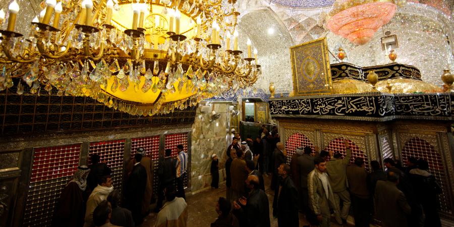 Шииты возле гробницы Имама Хусейна, Кербела, Ирак