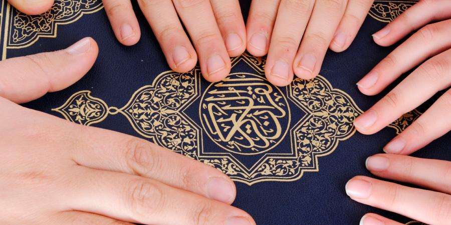 Руки, возложенные на Священный Коран