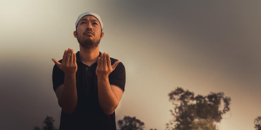 Мусульманин-азиат во время молитвы