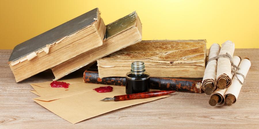 Старые книги, свитки, письма и чернильница