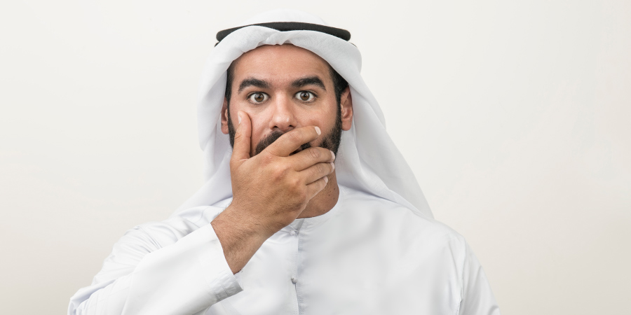 Араб, прикрывающий рукой рот