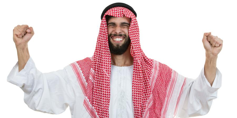 Ликующий араб в национальной одежде