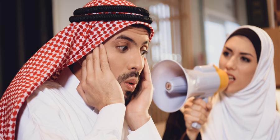 Араб, отказывающийся слушать женщину в хиджабе